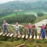Berpegang tangan sepanjang Jembatan Merah Putih dieng - Foto Oleh Deby Putriani