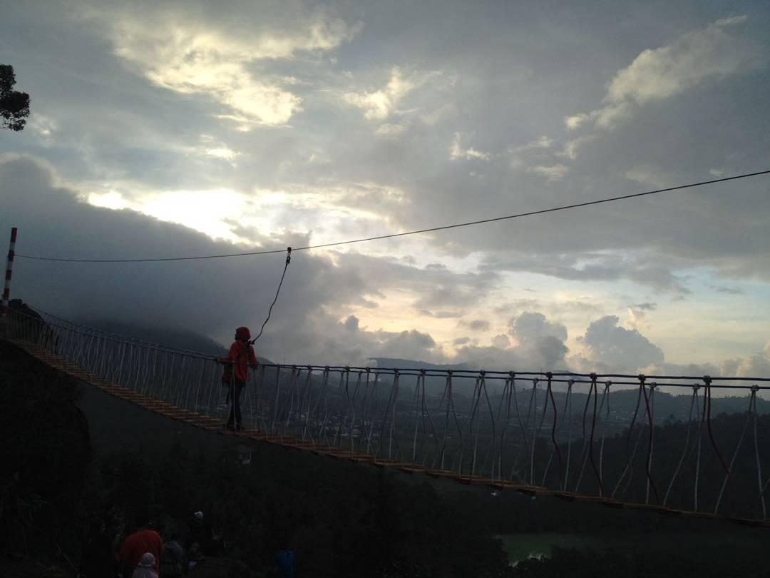 Jembatan Merah Putih Dieng via Devi Yulianti